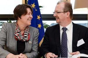 Transport Commissioner Violeta Bulch and A6 Alliance Chairman Richard Deakin, on behalf of the SESAR Deployment Alliance, sign the Framework Partnership Agreement.